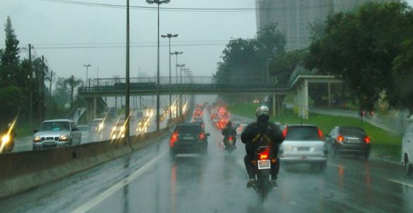Partículas emitidas por veículos interferem na formação de chuva